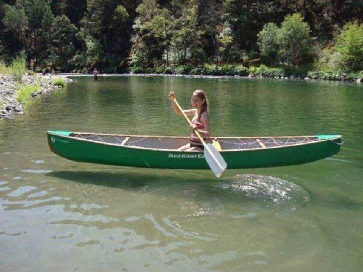 Imágenes extrañas chica flotando en el agua