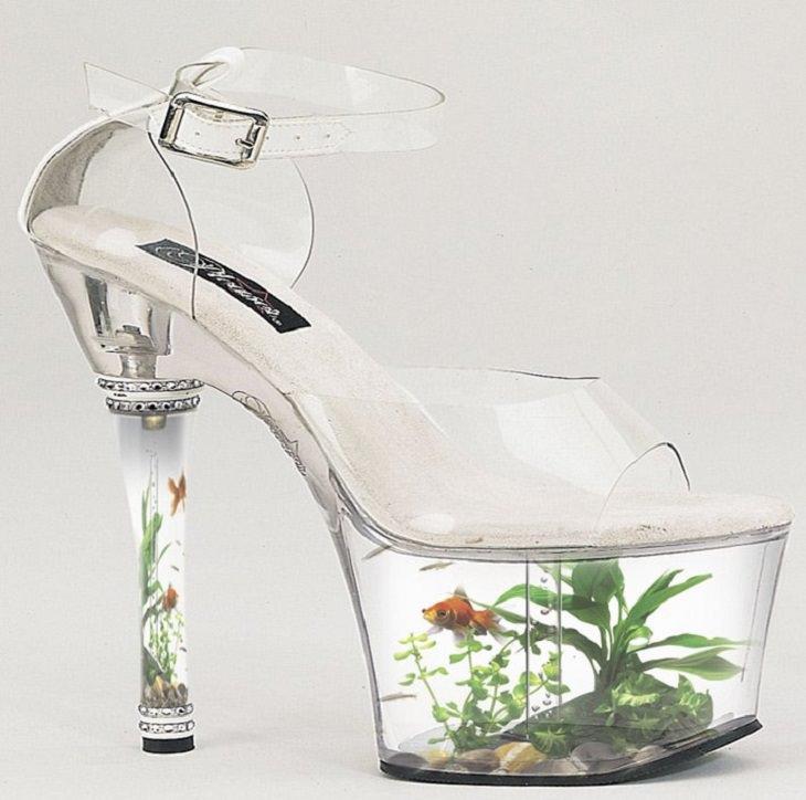 25 Increíbles Acuarios Que Te Sorprenderán  11. Un acuario integrado en zapatos de plataforma de tacón alto