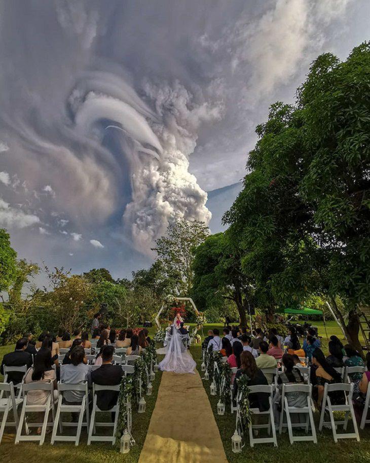 Erupción Del Volcán Taal En Filipinas Boda con imagen de fondo del humo
