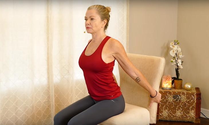 Ejercicios de estiramiento en silla ejercicio para abrir el corazón