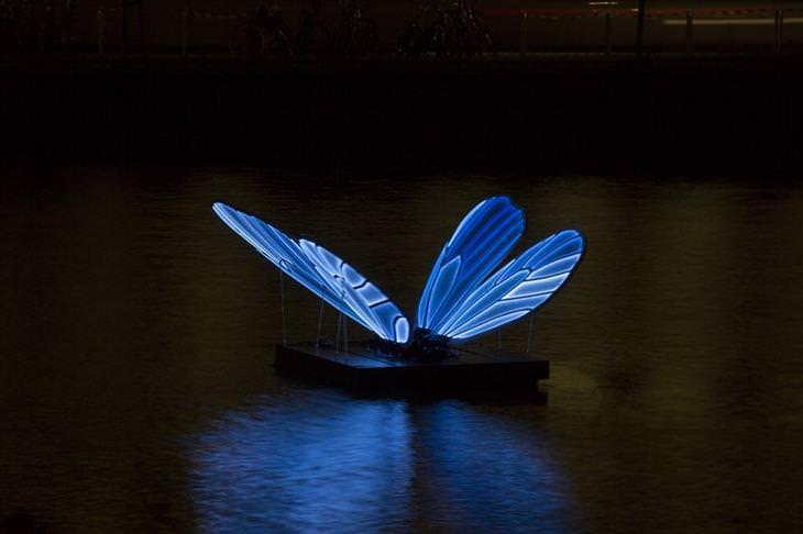Festival de las luces de Amsterdam mariposa en el lago