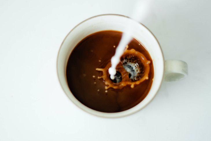 7 Señales Indican Que Estás Bebiendo Demasiado Café agregar leche