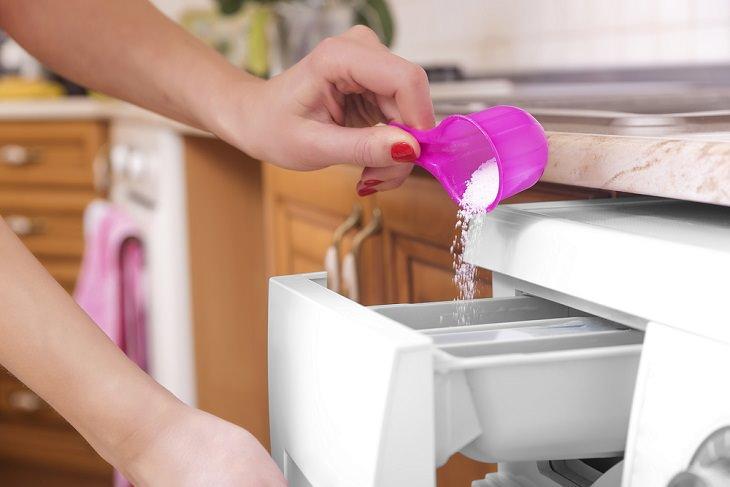 Mito de lavado 1: usa más detergente para obtener ropa más limpia