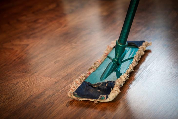 1. Pisos y muebles de madera no debes limpiar con bicarbonato