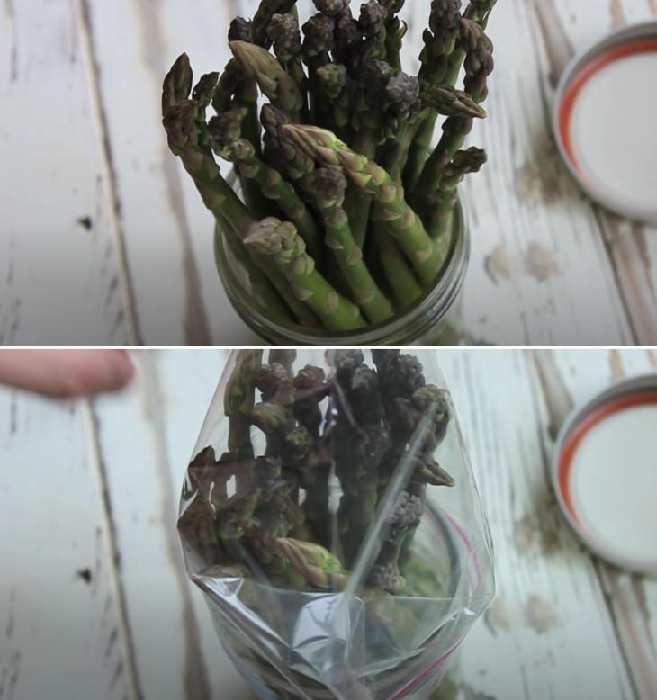 1. Para mantener los espárragos frescos y crujientes durante una semana o más, corta los tallos, sumérjalos en agua como si fueran flores y coloque una bolsa de plástico sobre ellos antes de refrigerarlos, así: