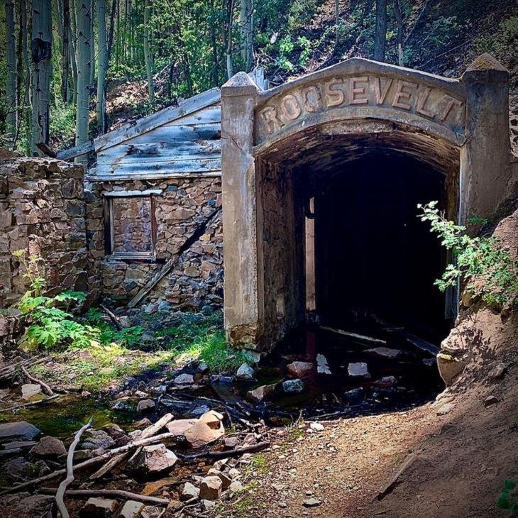 Lugares abandonados La mina de oro Roosevelt en la ciudad de Ohio, Colorado. El lugar ha estado desolado desde 1919.