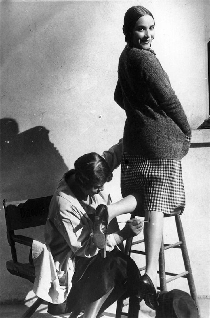 Prácticas De Belleza Del Pasdo Una mujer con una costura pintada en la pierna para que parezca que lleva medias, 1926