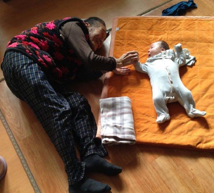 2. Un bebé de un mes junto a su abuela de 97 años