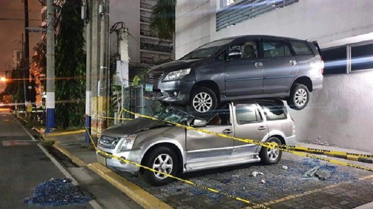 Imágenes de malos conductores un auto sobre otro