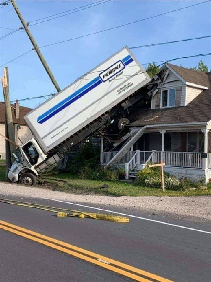 Imágenes de malos conductores camión sobre una casa
