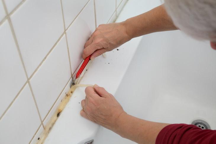 12 Errores Cruciales De Mantenimiento Del Hogar No es necesario volver a calafatear la bañera o la ducha todos los años