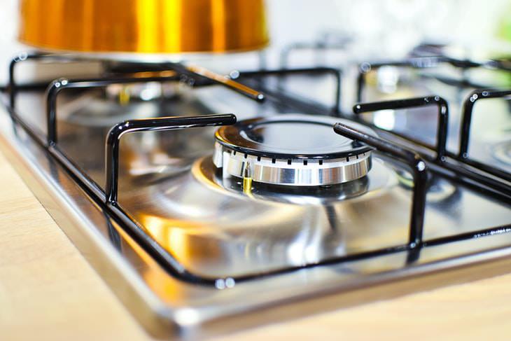 2. Desengrasa la estufa y limpia los derrames de aceite