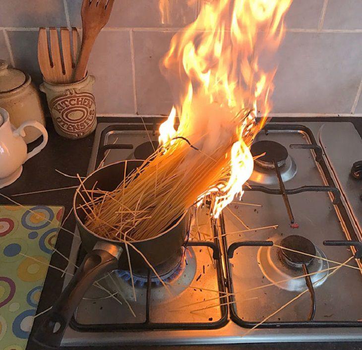 "1. ""¡Mamá, ven aquí rápido! ¡Algo ha ido terriblemente mal con los espaguetis! """
