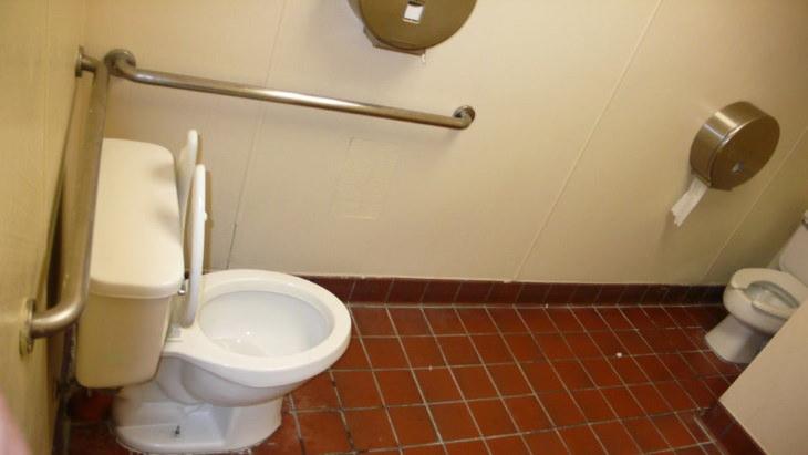 2. Un baño público que insta a las personas a salir realmente de su zona de confort.