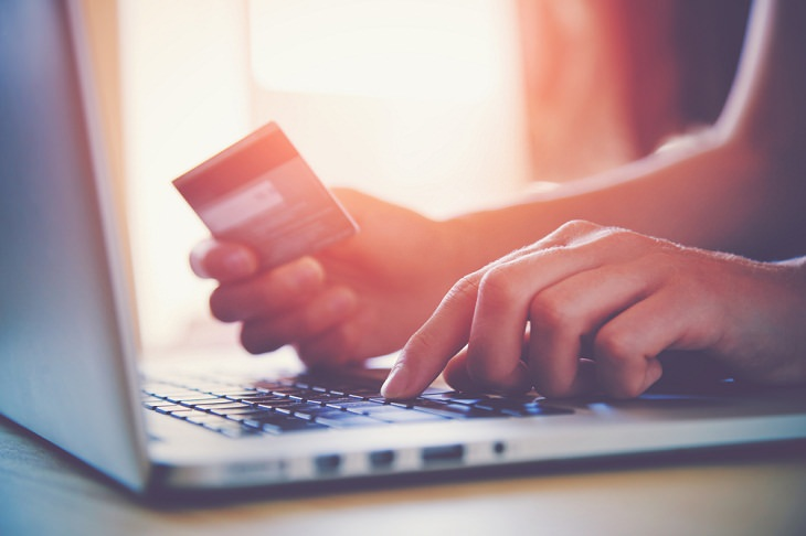 Trucos para ahorrar dinero en las compras navideñas Aprovecha las compras en línea