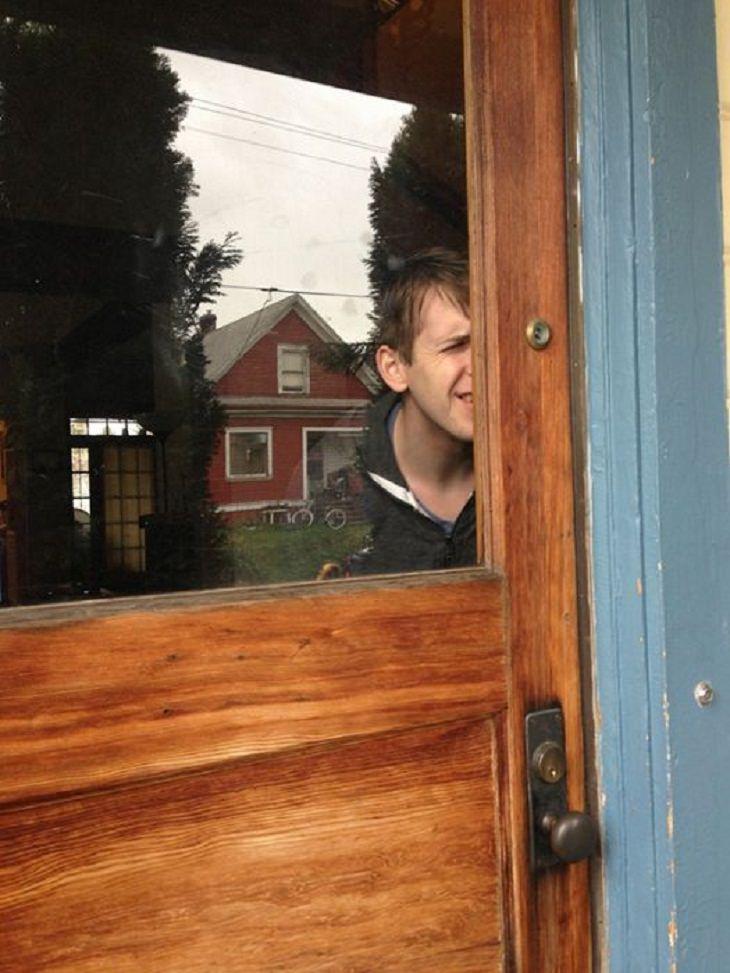 2. ¿Cuál es el punto de esta mirilla? ¿Mirar hormigas en la puerta?