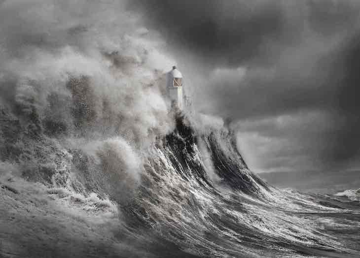 """Concurso Fotógrafo De Paisajes Del Reino Unido  """"Drama en el faro"""" de Aleks Gjika, ganador de Your View"""