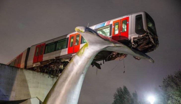Un tranvía en los Países Bajos no se detuvo a tiempo y atravesó la barrera de emergencia. Está sostenido por la estatua de la cola de una ballena