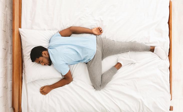 ¿En qué podría resultar dormir boca abajo?