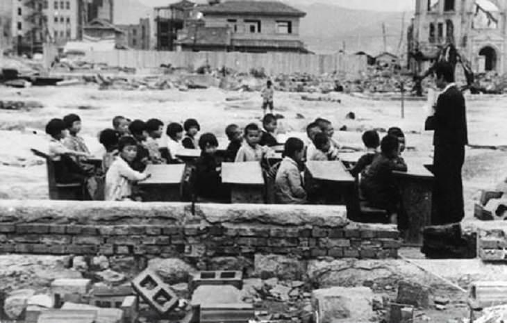 Fotografías Históricas Niños que reciben enseñanza en Japón un mes después del bombardeo de Hiroshima en 1945