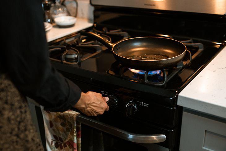 2. No condimentar una sartén antes de usar