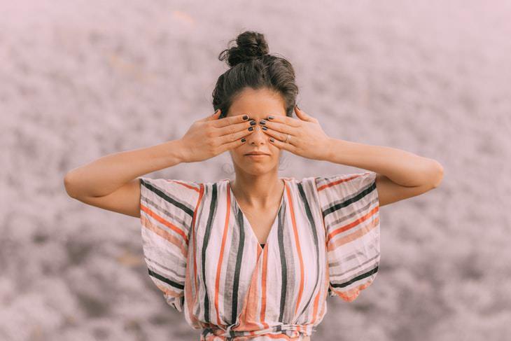 Cómo hacer yoga ocular mujer haciendo yoga con los ojos