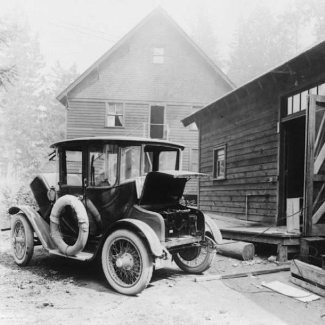 Fotos Antiguas De La Historia Cargando de uno de los primeros coches eléctricos de la historia (1905)