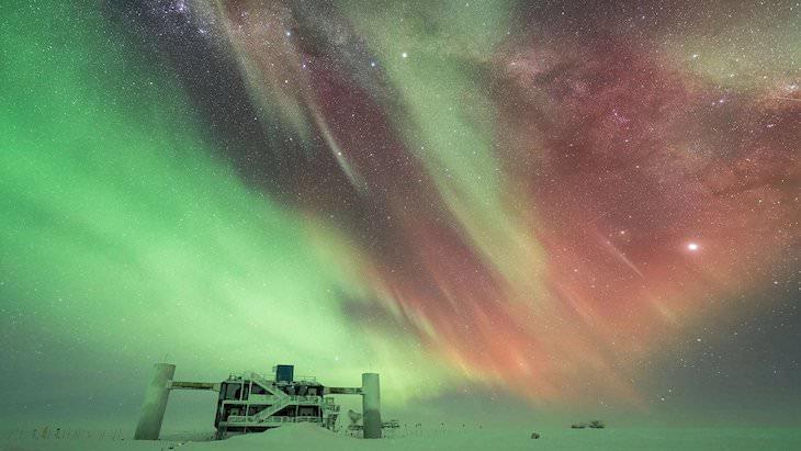 """Las Mejores Fotos De Auroras Boreales Del 2020  """"Noche antártica"""" de Benjamin Eberhardt, editado por Martin Heck"""