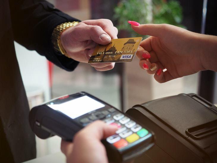 Casos En Los Que Es Mala Idea Usar La Tarjeta De Débito Si tienes la intención de aumentar tu crédito