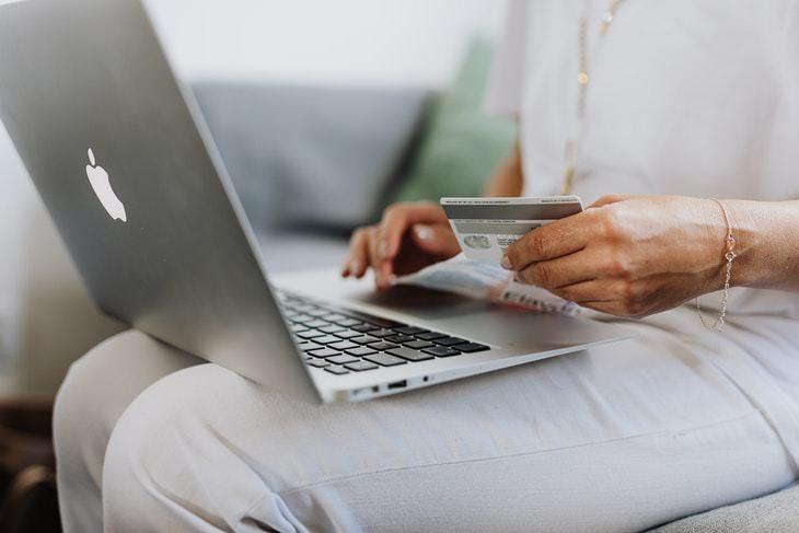 Casos En Los Que Es Mala Idea Usar La Tarjeta De Débito Al comprar en línea
