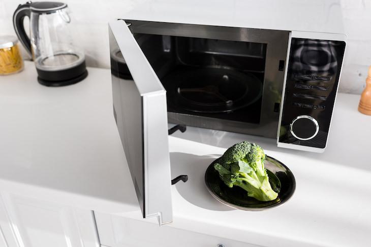 2. Calentar ciertos alimentos en el microondas