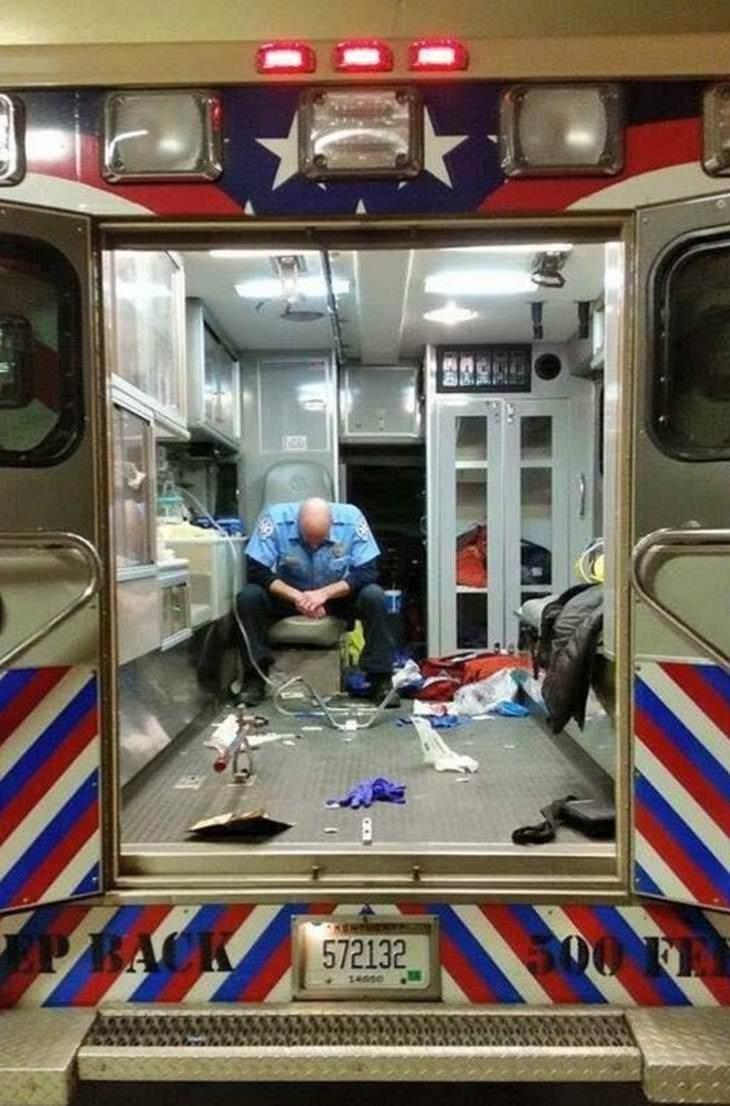 Imágenes de héroes de la vida real paramédico después de un día de trabajo