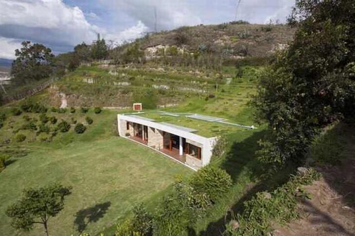 Una casa construida en una colina - Ecuador