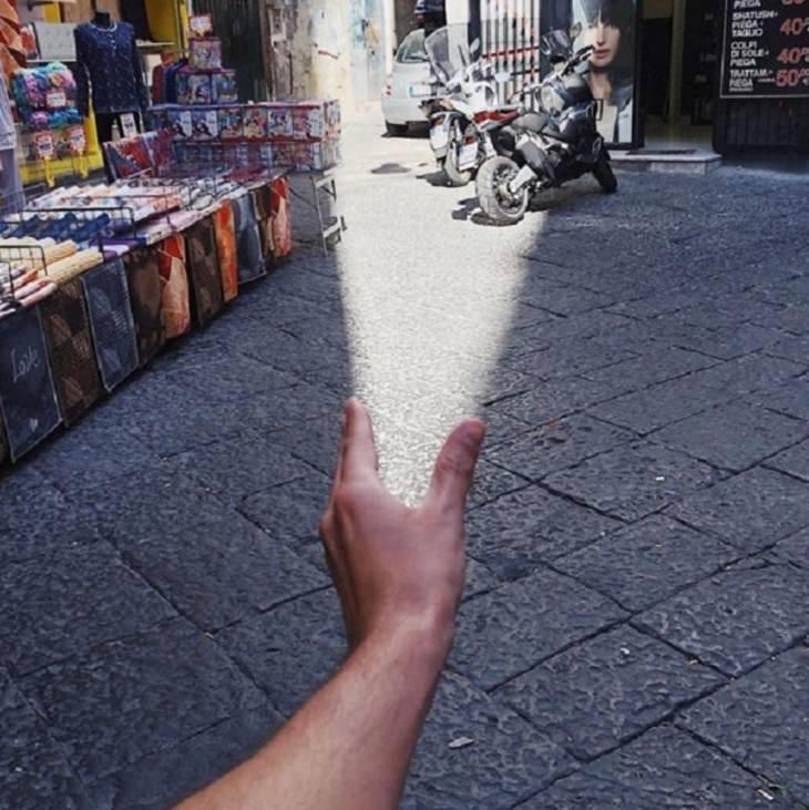 Imágenes De Ilusiones Ópticas De Tiago Silva mano simulando emitir rayo de luz