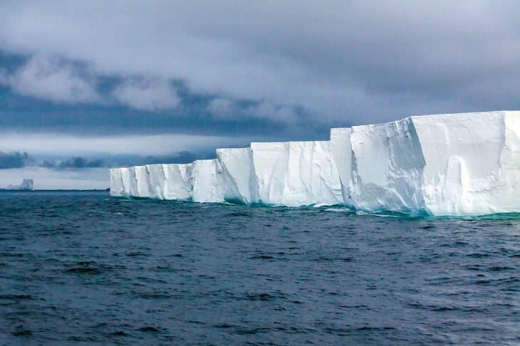 Paisajes de la Antártida Acantilados helados como esta línea de costa de la Antártida