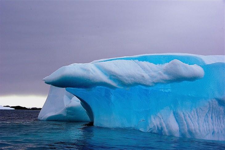 Paisajes de la Antártida La densidad del hielo y la falta de burbujas de aire le dan al hielo un llamativo color azul