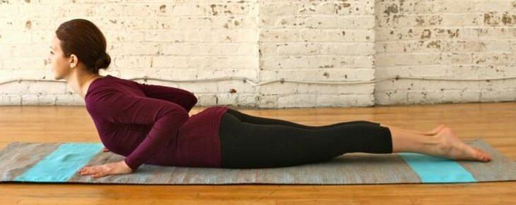 5 Posturas De Yoga Para Estirar Tu Columna Vertebral Pose baja de cobra