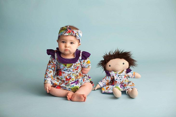 Noticias Positivas Una mujer en Wisconsin hace muñecas para niños con discapacidades