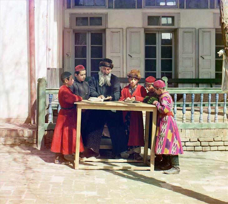 2. Un rabino con algunos estudiantes (1911)