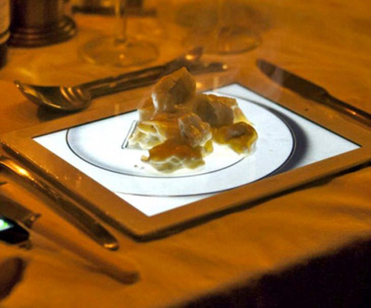Platillos creativos hojaldre de manzana servido en un ipad