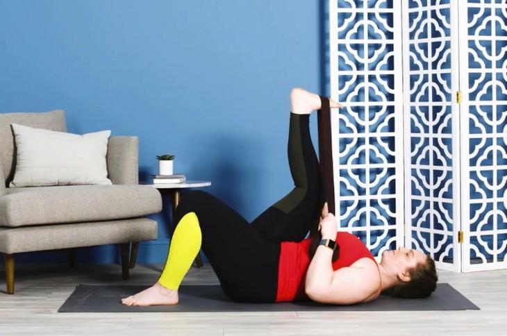 Estiramientos contra el dolor Flexión de pies con una banda de resistencia