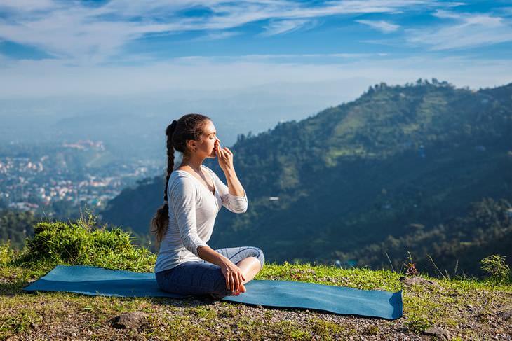 meditación joven sentada al aire libre meditando