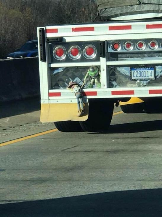 Lo Que Te Encuentras Al Ir a Trabajar camión muñeco