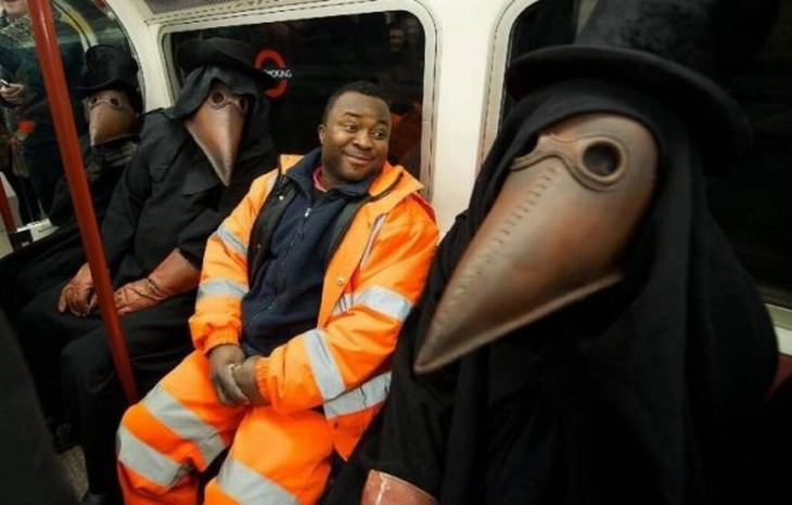 Imágenes divertidas en el metro un hombre y 3 hombres con disfraces de pájaros