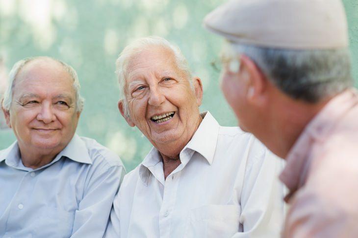 ¿Cómo mantienen las relaciones interpersonales los ancianos?