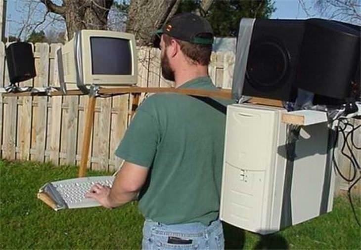 Divertidos inventos hombre con computadora de escritorio llevándola sobre sus hombros