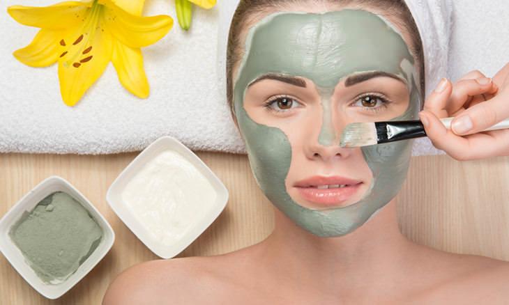 Guía Para Minimizar Los Poros Faciales Grandes usa un tratamiento