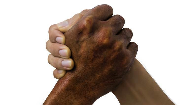 Consejos para dejar de morderte las uñas pide ayuda a tus amigos
