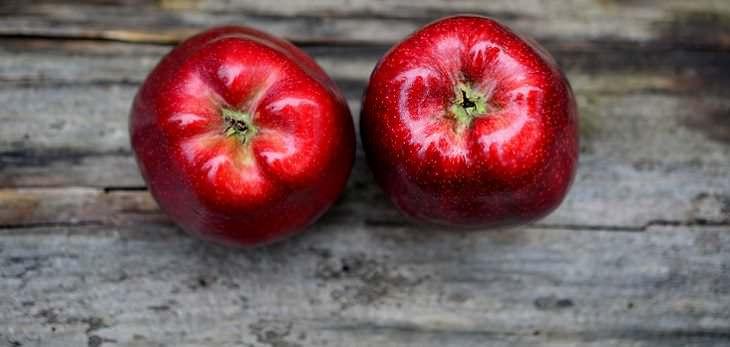La parábola de la manzana, dos manzanas juntas