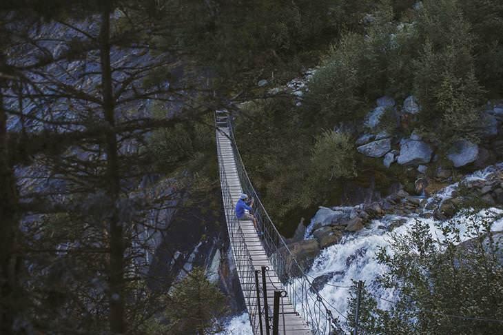 Mont Blanc Un puente colgante sobre el agua que fluye desde los glaciares en la cima de la montaña, a 1.650 metros sobre el nivel del mar